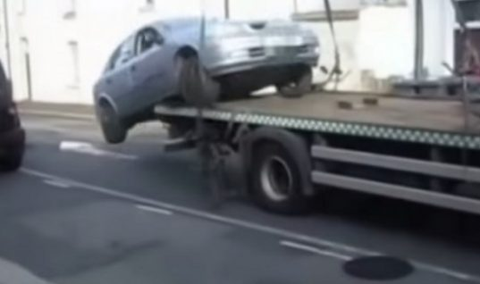 Video: Angry driver reverses off tow truck