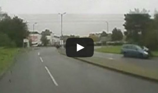 Video: man clings to bonnet for a mile along main road