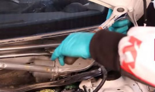 Video: fitting the front shock absorbers to a Toyota Yaris II