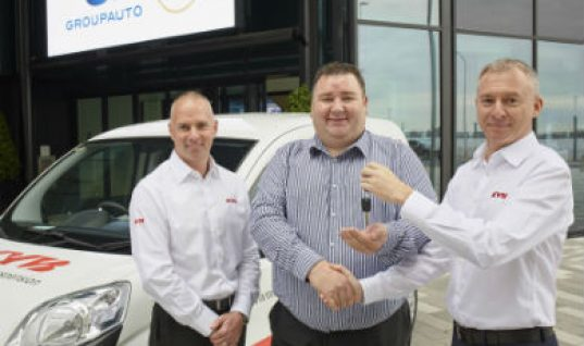 KYB presents two delivery van prizes to GROUPAUTO members