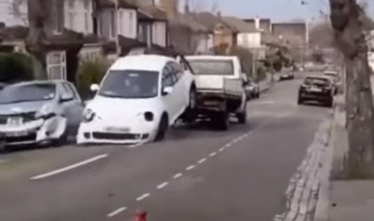 Watch: Thieves in makeshift tow truck caught stealing Beetle